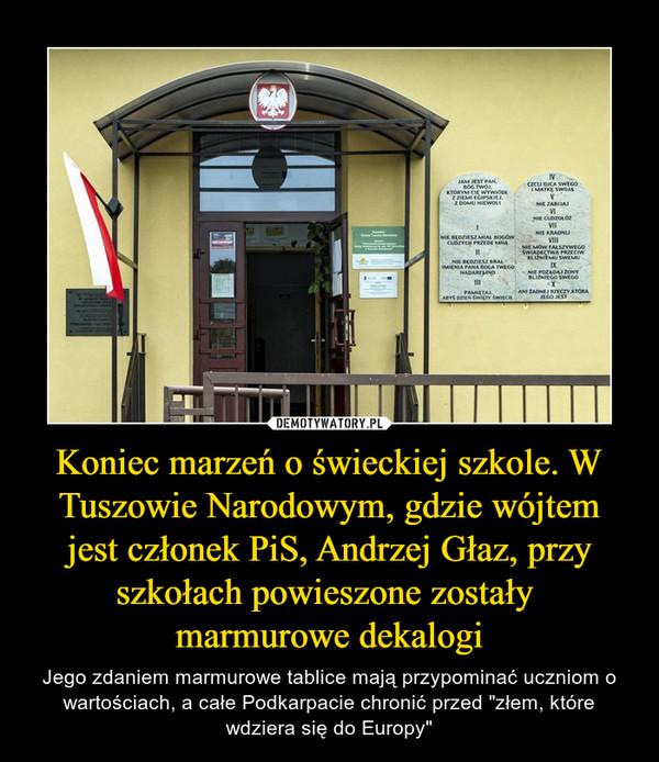 """Koniec marzeń o świeckiej szkole. W Tuszowie Narodowym, gdzie wójtem jest członek PiS, Andrzej Głaz, przy szkołach powieszone zostały marmurowe dekalogi – Jego zdaniem marmurowe tablice mają przypominać uczniom o wartościach, a całe Podkarpacie chronić przed """"złem, które wdziera się do Europy"""""""