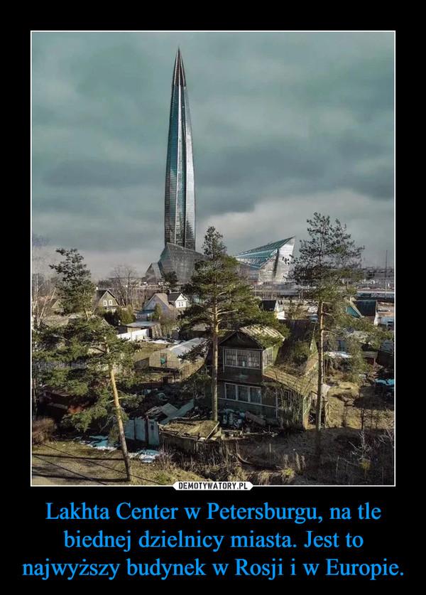 Lakhta Center w Petersburgu, na tle biednej dzielnicy miasta. Jest to najwyższy budynek w Rosji i w Europie. –